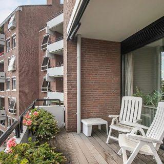 Nieuw aanbod!Parkweg no. 6D te MaastrichtOp een prachtige locatie in de wijk Sint Pieter/Villapark ligt dit ruime appartement van meer dan 200 m2 met 2 slaapkamers, 2 badkamers en maar liefst 3 balkons. Er is ook een grote garage, een berging in de parkeergarage en een extra berging op de bovenste verdieping. Het appartement ligt op de derde verdieping waardoor U binding houdt met de begane grond.Vraagprijs € 665.000,= k.k.Geïnteresseerd? Maak dan snel een afspraak 043-3540777 - info@amh-makelaars.nl en wij plannen graag een afspraak voor u in.#nederland #limburg #maastricht #sintpieter #park #residentie #ruim #appartement #balkons