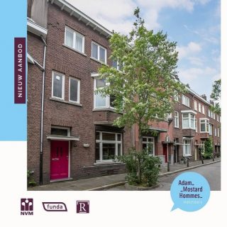 Sneak preview Franquinetstraat 11 te MaastrichtAchter de meest kleurrijke voordeur van de Franquinetstraat gaat een zeer ruim, sfeervol jaren '30 herenhuis verborgen. Er zijn maar liefst vijf slaapkamers, een werkkamer, mooie woonkamer en-suite, lichte keuken met bijkeuken en de berging is een mooie plek voor de wijncollectie. Je oog valt op de glas-in-loodramen, paneeldeuren, marmeren schouwen, houten vloeren en de granitovloer. En de locatie is top; zo is het maar 10 minuten lopen naar het Vrijthof en woon je vlakbij het Frontenpark.Voor de boodschappen kun je niet alleen terecht in het centrum maar ook in winkelcentrum Brusselsepoort. Een huisarts en andere medische voorzieningen, diverse horecagelegenheden, bushaltes en diverse sportfaciliteiten zorgen voor een fijne plek voor jong en oud. Er is een goede aansluiting op de snelwegen A2/A79 en het is iets meer dan 10 minuten fietsen naar het MUMC+.Vraagprijs € 445.000,- k.k.Interesse gewekt? Bel ons dan snel op telno. 043-3540777 of mail ons: info@amh-makelaars.nl #limburg #zuidlimburg #maastricht #woonhuis #franquinetstraat