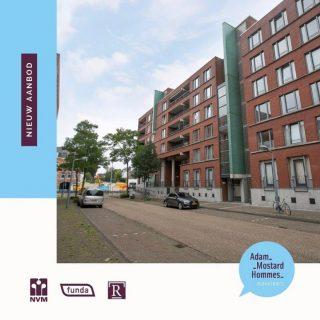 Nieuw in verkoop! Clermontlunet 11c te Maastricht Dit zeer ruime appartement gelegen op de 2e verdieping in 'Porta 1' heeft een ruim balkon met uitzicht naar de binnentuin, twee slaapkamers, een woonkamer met aparte eetkamer en een vaste parkeerplek in de parkeergarage. Aan bergruimte geen gebrek, in het appartement is een berging en ook in de onderbouw heb je een berging tot je beschikking. Dankzij de lift in het gebouw kun je gelijkvloers wonen op korte afstand van Wyck, de binnenstad en het treinstation.Appartementengebouw 'Porta 1' staat in stadsdeel Ceramique, pal naast Wyck met de vele winkels en restaurants. Plein 1992 met diverse speciaalzaken, de stadsbibliotheek en een grote supermarkt is vlakbij. Het is maar 500 meter lopen van het trein-/busstation en via een van de bruggen over de Maas is het minder dan 1,5 kilometer naar het Vrijthof.Vraagprijs € 395.000,-- k.k. Wenst u een kijkje te nemen of ontvangt u graag meer informatie over dit appartement, bel of mail ons: 043-3540777 -  info@amh-makelaars.nl#limburg #zuidlimburg #maastricht #ceramique #ruime #appartement #balkon #parkeergarage