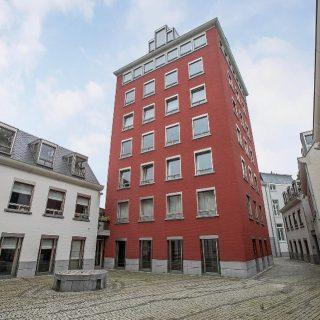 Nieuw aanbod! Kanunnikencour 5C te MaastrichtOp een fantastische plek aan de rand van het Vrijthof staat een stijlvol appartementengebouw, in 2000 gerealiseerd aan de hand van de bekende Luikse architect Charles Vandenhove. Op de derde verdieping van de rode toren is een mooi appartement te koop met twee slaapkamers, wintertuin en een vaste parkeerplaats in de ondergelegen garage.De wintertuin ligt op het westen en door de vele ramen in de woonkamer kijkt u uit over het Kanunnikencour. Uiteraard heeft het gebouw een lift waarbij u gelijkvloers kunt wonen.Vraagprijs € 545.000,- = k.k. Interesse? Laat het ons weten en we plannen een bezichtiging! Tel. 043-3540777 -  info@amh-makelaars.nl#limburg #maastricht #vrijthof #derde #verdieping #appartement