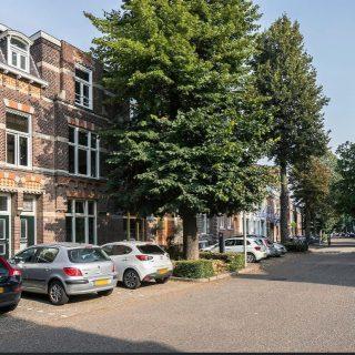 Nieuw aanbod!Volksplein no. 41B te MaastrichtAan het populaire Volksplein in Maastricht staat een ruime bovenwoning te koop. Vanaf 2011 is deze woning verbouwd met behoud van karakteristieke details en met gebruikmaking van hoogwaardige materialen. De woning bestaat uit een stijlvolle woonkamer en suite, een lichte keuken, drie slaapkamers, een luxe badkamer, een balkon en een mogelijkheid tot dakterras. Bij het zien van deze bovenwoning, ben je op slag verliefd.Het Volksplein zelf is een fijne plek om te wonen in de buurt van een supermarkt en een bushalte met verbinding naar o.a. station of ziekenhuis. Lopend of met de fiets ben je binnen 10 minuten in het (winkel)centrum voor bijvoorbeeld een bezoek aan het theater, de bioscoop of een restaurant. Voor een wandeling sta je binnen 5 minuten in natuurgebied 'Hoge Fronten'.Vraagprijs € 349.000,= k.k. Geïnteresseerd?Maak dan snel een afspraak 043-3540777 - info@amh-makelaars.nl en wij plannen graag een afspraak voor u in.#limburg #zuidlimburg #maastricht #woonhuis #drie #slaapkamers #populair #volksplein
